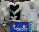 Messestand mit Luftballons